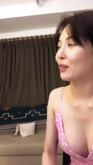 Hyuna - Casual boobs during IG live