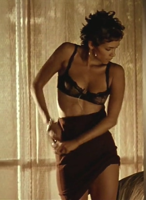 Halle Berry removes her dress, I nut