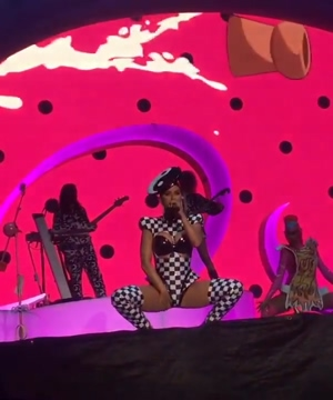 Katy Perry bouncing up and down