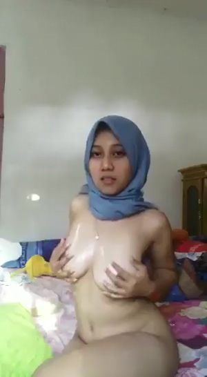 Beauty playing with her tits