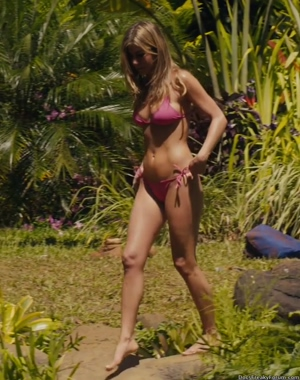 Jennifer Aniston looks fucking hot in a bikini